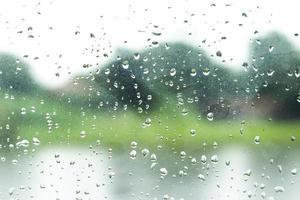 waterdruppels op een venster voor textuur of achtergrond foto