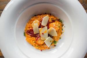 risotto met garnalen in witte plaat foto