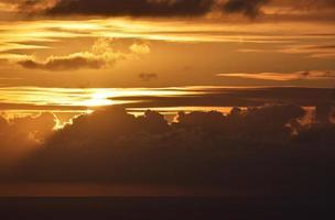kleurrijke bewolkte hemel bij zonsondergang foto