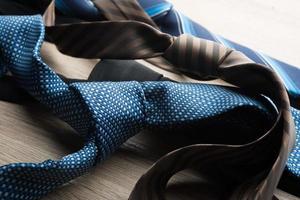 zijden stropdassen op een houten achtergrond