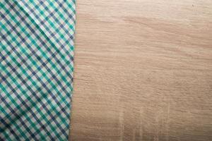 geruit groen servet op een houten achtergrond foto