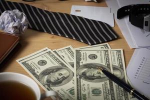 zakelijke werkplek met papieren grafiek, grafiek en geld