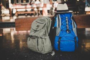 afbeelding van een rugzak in een treinstation foto