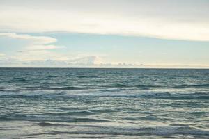 blauwe oceaan met hemelachtergrond foto
