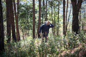 jonge man reist met een rugzak in de natuur