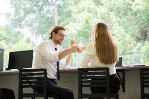 gelukkige collega's ontmoeten elkaar in café foto