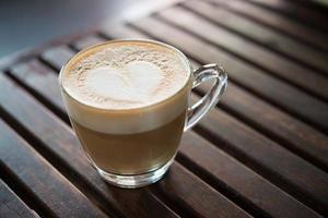close-up van cappuccino-kop met hartvormig melkpatroon bij koffie