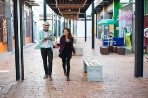 jong koppel lopen samen op stedelijke straat foto