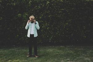 knappe jonge hipster man wegkijken terwijl hij buiten staat