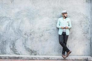 portret van knappe jonge hipster man luisteren naar muziek