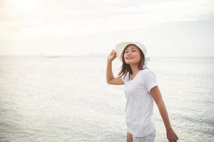 jonge mooie vrouw ontspannen op het strand foto