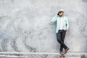 portret van knappe jonge hipster man luisteren naar muziek foto