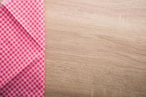 geruit rood servet op houten achtergrond foto