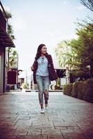 portret van jonge stijlvolle hipster vrouw lopen op straat, glimlachend geniet van weekends. vintage afgezwakt. foto