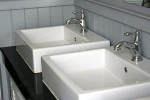 twee moderne wastafels foto