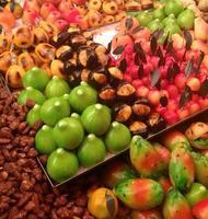 kleurrijke fruitkraam foto