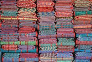 gestapelde kleurrijke doeken