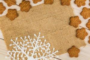 sneeuwvlokvormige peperkoekkoekjes met een vel jute