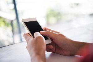 close-up van de hand van een vrouw met behulp van een mobiele telefoon