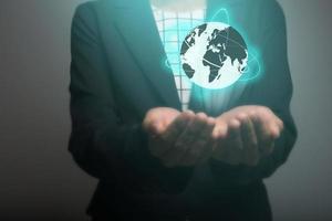 zakenvrouw met behulp van wereldwijde netwerkinterface in handen foto