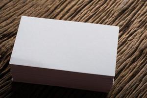 blanco wit visitekaartje op hout achtergrond foto