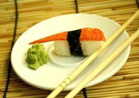 sashimi en eetstokjes foto