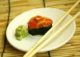 rode sushi en eetstokjes foto