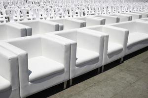 rijen witte stoelen buiten foto