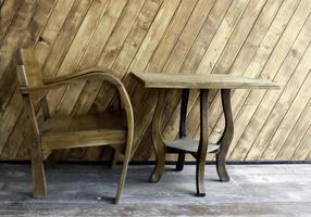 natuurlijke houten tafel en stoel