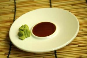 sojasaus en wasabi op een bord foto