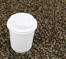 papieren beker op koffiebonen