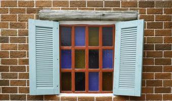 blauwe luiken op glas in lood raam