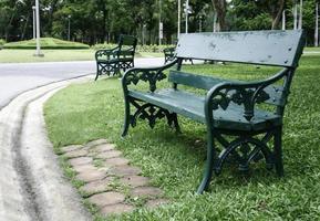 banken in een park foto