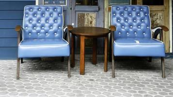 blauwe stoelen en tafel