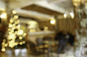 wazig restaurant met kerstverlichting foto