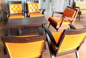oranje lederen stoelen en tafel