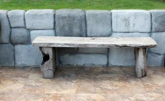 bankje in de buurt van stenen muur