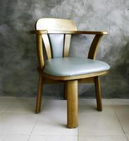 leer en houten stoel foto