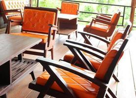 oranje stoelen en tafels