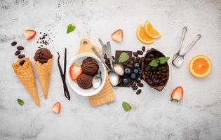 smaken van chocolade-ijs in een kom met pure chocolade en cacaonibs foto