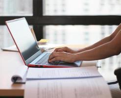 persoon die op een computer werkt foto