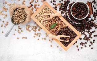 groene en bruine cafeïnevrije ongebrande en donker gebrande koffiebonen foto