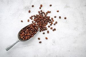 gebrande koffiebonen met schep