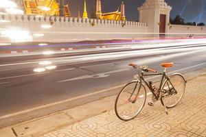 fiets geparkeerd langs de weg in bangkok foto
