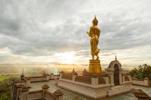 boeddha boven de stad in thailand foto