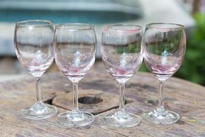 wijnglazen op tafel foto