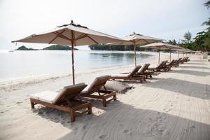 zonnebaden op het strand in thailand foto