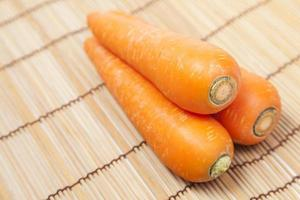 wortelen op tafel foto