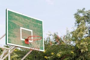 basketbalring in het park foto