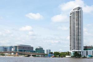gebouwen langs de rivier in bangkok foto